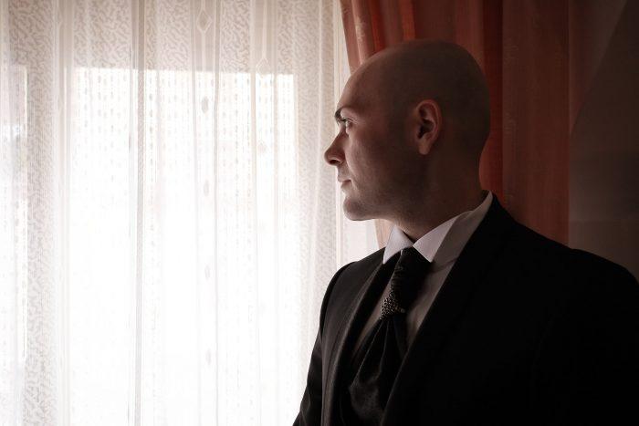 Lo sposo guarda attraverso la finestra