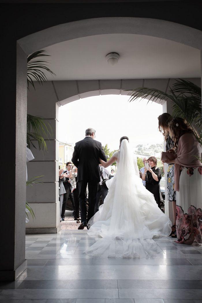 La sposa esce dalla sua casa ad Alba Adriatica accompagnata dal padre