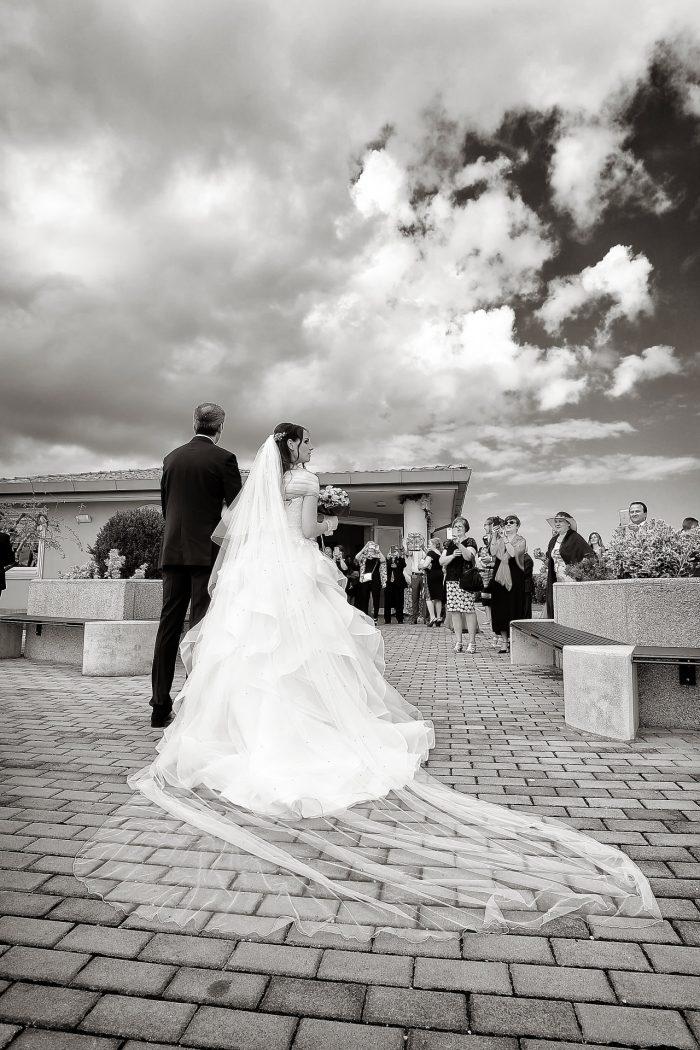 Padre e sposa in cammino verso il luogo del rito nuziale