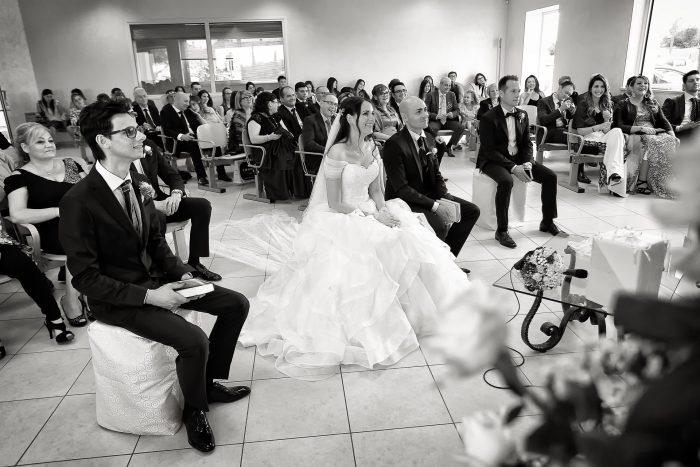 Momenti del rito in bianco e nero: gli sposi ascoltano la predica