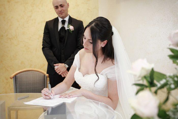 La conferma del matrimonio: la firma della sposa