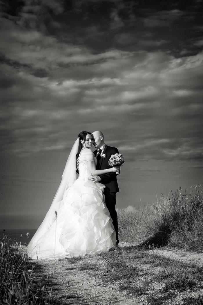 Uno scatto in bianco e nero degli sposi che si abbracciano teneramente