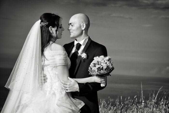 Scambi di intensi sguardi tra i due sposi fotografati in bianco e nero