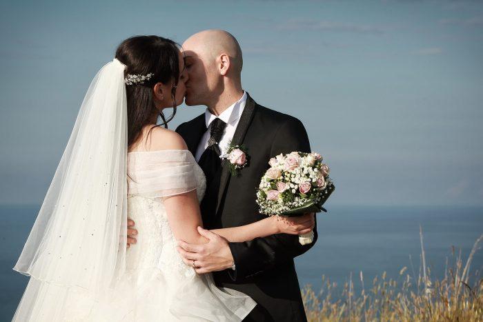 Un tenero bacio sullo sfondo di cielo e mare