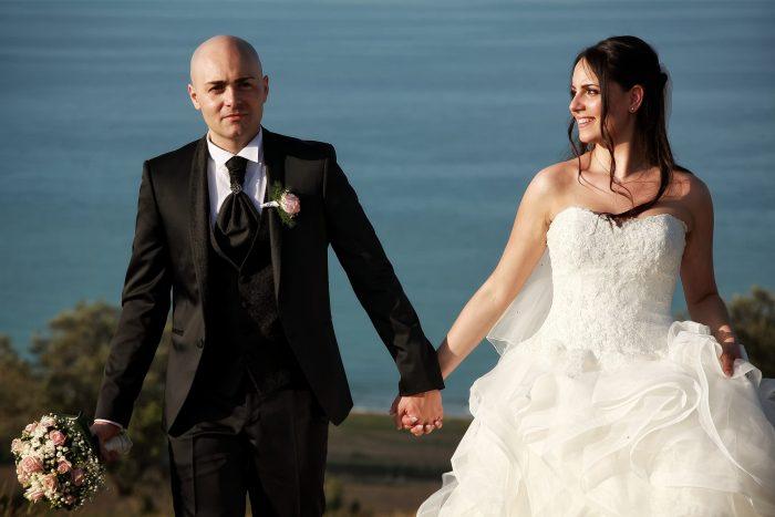 Particolare degli sposi in cammino: la sposa guarda amorevolmente lo sposo