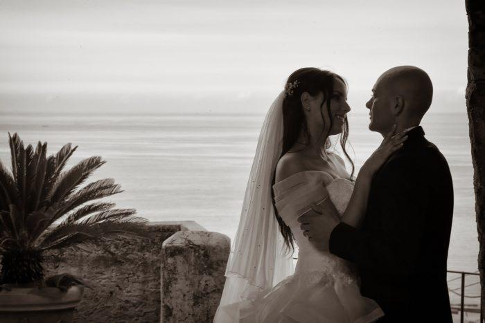 Dolci sguardi tra gli sposi con il mare adriatico sullo sfondo