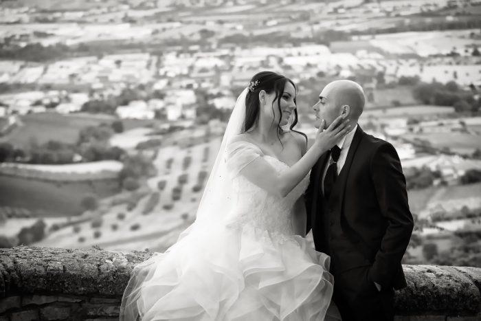 Un gesto d'amore in bianco e nero: la sposa accarezza lo sposo