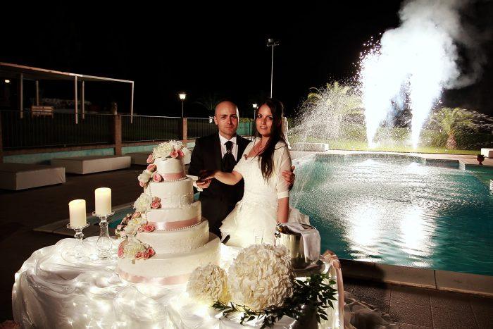 Matrimonio al Country House San Pietro in Abruzzo: taglio della torta con fuochi d'artificio sullo sfondo