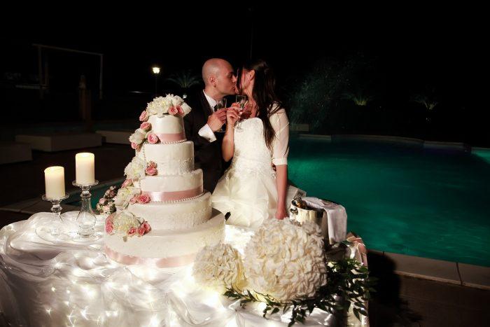 Brindisi torta e bacio in notturna a chiudere il giorno delle nozze