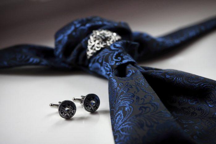 I Preparativi dello sposo, particolari, la cravatta e i gemelli