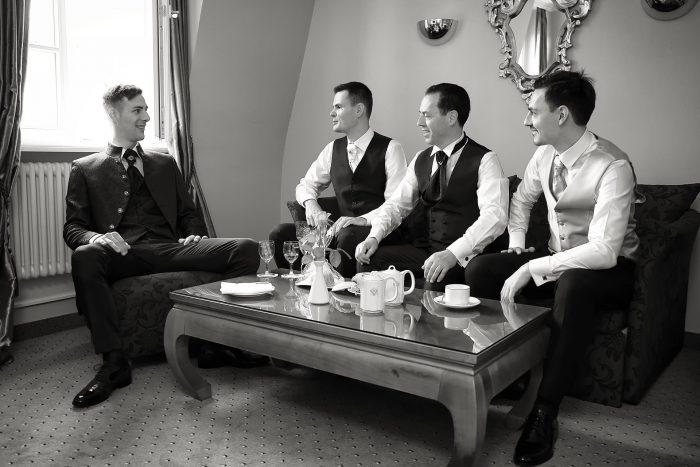 Colazione prima delle nozze con il testimone e il padre e il fratello della sposa, fotografia di reportage con Mauri Fotostudio