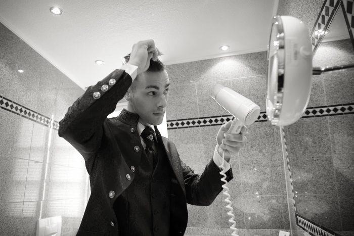 Il parrucchiere dello sposo, aggiustare il ciuffo ribelle