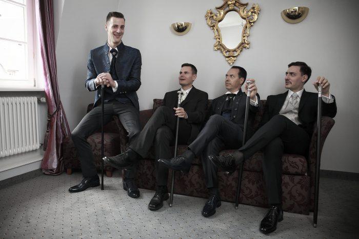 Matrimonio da favola nella Foresta Nera, foto di gruppo nella suite del Parkhotel Adler a Hinterzarten in Germania, fotografo della Provincia di Teramo, Abruzzo e Marche