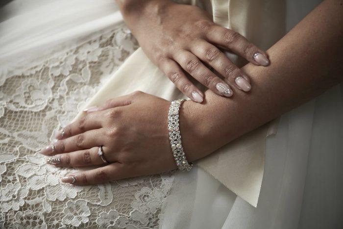 Particolare fotografico delle mani della sposa