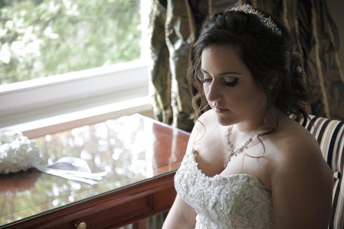 Fairytale wedding in the Black Forest, la sposa seduta nella suite del Parkhotel Adler in Hinterzarten Germania