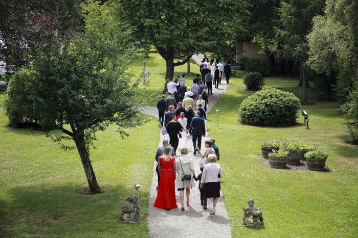 Gli invitati al matrimonio in cammino verso il luogo del rito, Wedding at the Parkhotel Adler, fotografo matrimonio in germania, Mauri Fotostudio
