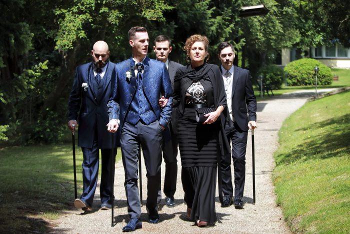Märchenhochzeit im Schwarzwald, lo sposo, la madre e i tre testimoni si dirigono sul luogo della cerimonia nuziale