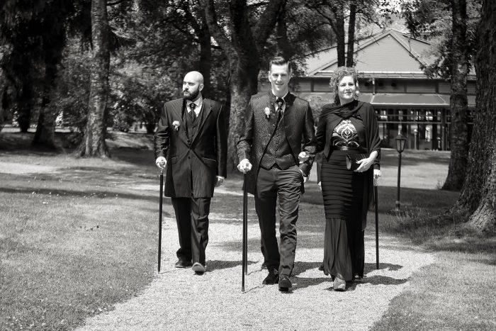 Fotografia in bianco e nero del tragitto verso la promessa matrimoniale