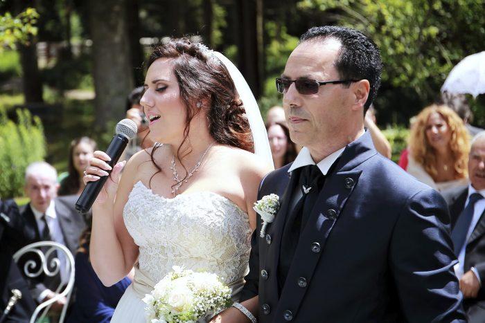 La sposa cantante in un matrimonio da favola nella foresta nera, fotografia emozionale di Mauri Fotostudio, fotografo Provincia di Teramo Abruzzo
