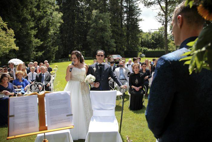 Märchenhochzeit im Schwarzwald, fotografia emozionale, gli invitati alla cerimonia ascoltano la sposa cantante