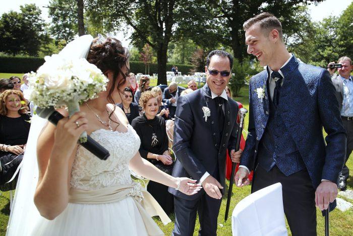 Il padre consegna la sposa allo sposo, fotografia di reportage con Mauri Fotostudio, fotografo Abruzzo e Marche