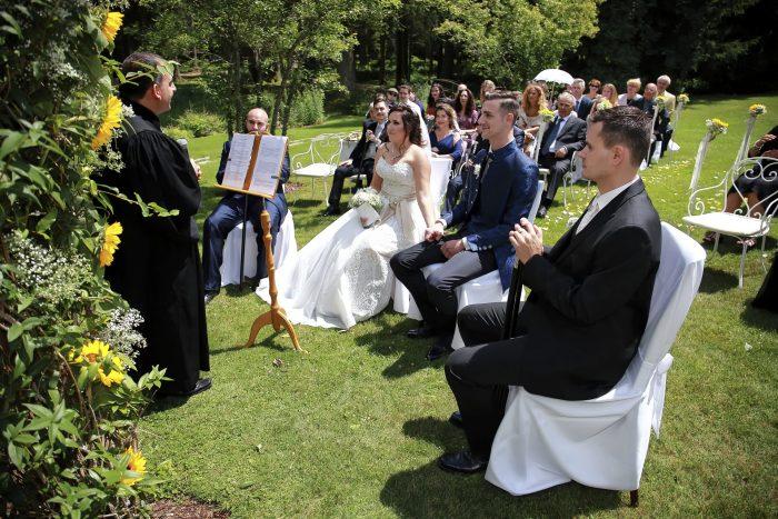 Prima del si, foto degli sposi, testimoni e invitati che ascoltano il prete, Hochzeitsfotograf in Deutschland
