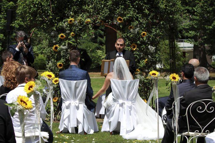 Märchenhochzeit im Schwarzwald, un romantico momento del rito, gli sposi e il prete