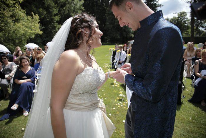 Fairytale wedding in the Black Forest, lo sposo mette la fede alla sposa, una promessa è per sempre