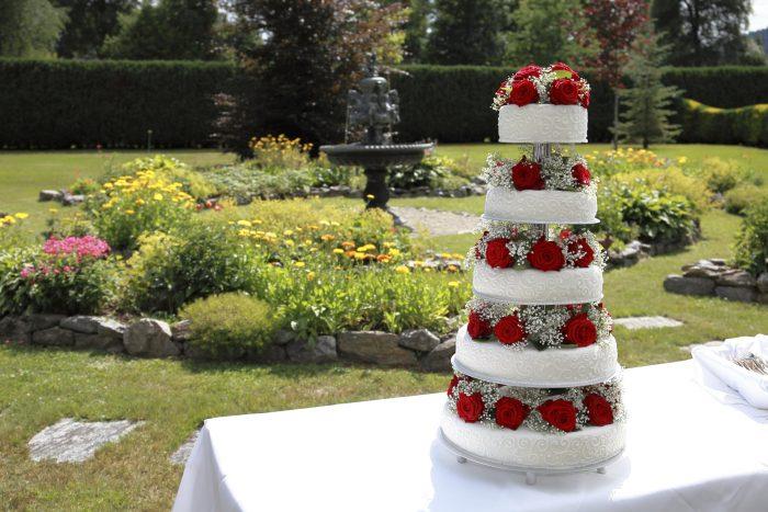 Particolare della torta sullo sfondo del giardino del Parkhotel Adler a Hinterzarten, ai confini tra Svizzera e Germania
