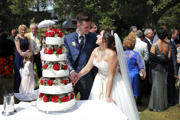 Matrimonio da favola nella Foresta Nera, il taglio della torta, un romantico scatto da catturare