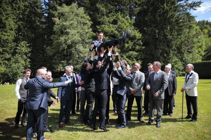 Matrimonio da favola nella Foresta Nera, Fotografo di matrimonio della Provincia di Teramo Abruzzo, lo sposo lanciato daparenti e amici