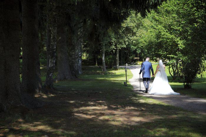 Matrimonio da favola nella Foresta Nera, passeggiata degli sposi nel bosco ai confini tra Svizzera e Germania, fotografia emozionale di Mauri Fotostudio, fotografo della Provincia di Teramo, Abruzzo, Schweizer Hochzeitsfotograf, Wedding at the Parkhotel Adler