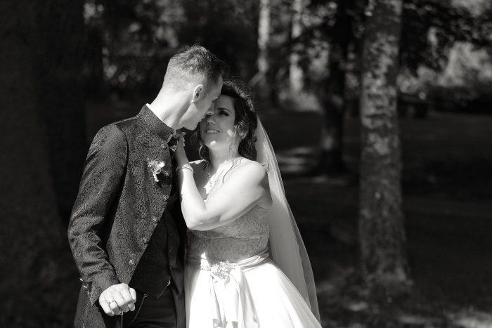 Märchenhochzeit im Schwarzwald in Deutschland, intima intesa tra gli sposi