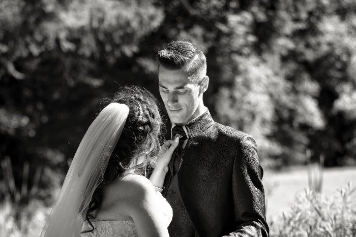 Gli sguardi degli sposi, fotografia spontanea nella foresta nere in Germania