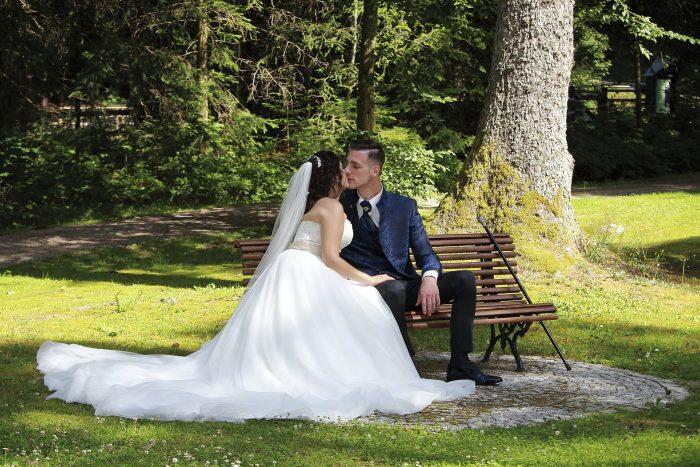 Get married in Germany, a fairytale wedding in the black forest, con le foto di Mauri Fotostudio, fotografo di matrimonio della Provincia di Teramo, Abruzzo, gli sposi si baciano sulla panchina del Parkhotel Adler a Hinterzarten