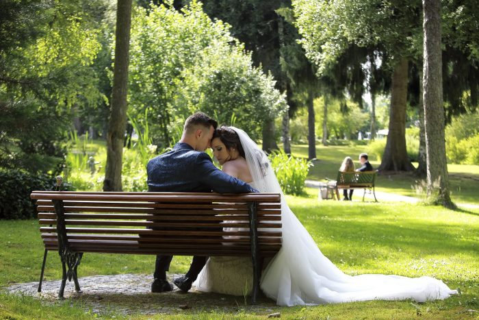 Matrimonio da favola nella Foresta Nera, al Parkhotel Adler di Hinterzarten in Germania, gli sposi seduti sulla panchina, fotografia emozionale di Mauri Fotostudio, fotografo della Provincia di Teramo, Abruzzo, Swiss wedding photographer
