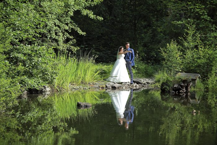 Get married in Germany, a fairytale wedding in the black forest, sposi riflessi nel lago del Parkhotel Adler a Hinterzarten, fotografo in Svizzera Mauri Fotostudio