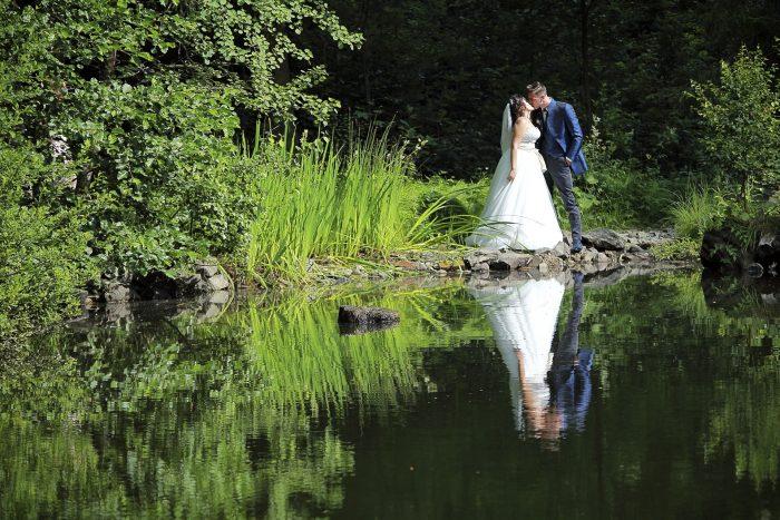 Matrimonio da favola nella Foresta Nera, al Parkhotel Adler di Hinterzarten in Germania, gli sposi si baciano sulla riva del laghetto, fotografia emozionale di Mauri Fotostudio, fotografo della Provincia di Teramo, Abruzzo, Swiss wedding photographer