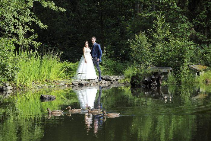 Matrimonio da favola nella Foresta Nera, Wedding at the Parkhotel Adler, Hinterzarten in Germania, gli sposi osservano un gruppo di anatre che attraversa il lago, fotografia emozionale di Mauri Fotostudio, fotografo della Provincia di Teramo, Abruzzo e Marche, Schweizer Hochzeitsfotograf
