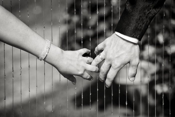Dettaglio fotografico delle fedi degli sposi
