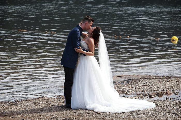 Matrimonio da Favola nella Foresta Nera, gli sposi si baciano sulla riva del lago Titisee situato nell'incantevole Foresta Nera, in Germania a Baden-Württemberg, fotografia romantica con Mauri Fotostudio, fotografo della Provincia di Teramo, Abruzzo e Marche, Swiss wedding photographer