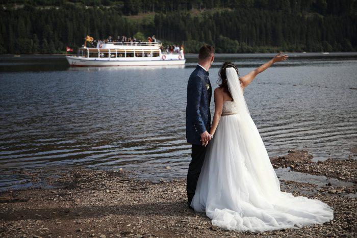 Matrimonio da Favola nella Foresta Nera, sposarsi al lago Titisee, ai confini tra Svizzera e Germania, gli sposi salutano il traghetto con i parenti, la fotografia autentica ed emozionale di Mauri Fotostudio, fotografo della Provincia di Teramo, Abruzzo e Marche