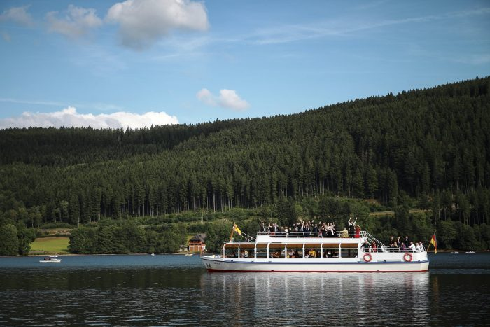 Getting married in Switzerland, veduta della Foresta Nera dal lago Titisee, i parenti salutano gli sposi
