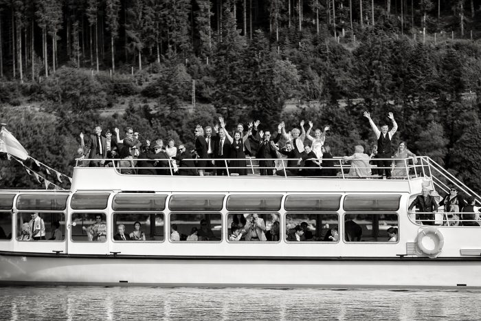 Traghetto con i parenti che attraversail lago Titisee, nell'incantevole Foresta Nera, in Germania a Baden-Württemberg, fotografia di reportage, wedding photographer in Switzerland, Hochzeitsfotograf in Deutschland