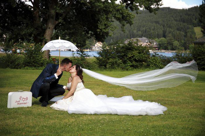 Matrimonio da Favola nella Foresta Nera, il bacio degli sposi al lago Titisee, in Germania a Baden-Württemberg, la fotografia emozionale di Mauri Fotostudio, fotografo Provincia di Teramo, Abruzzo e Marche, Schweizer Hochzeitsfotograf