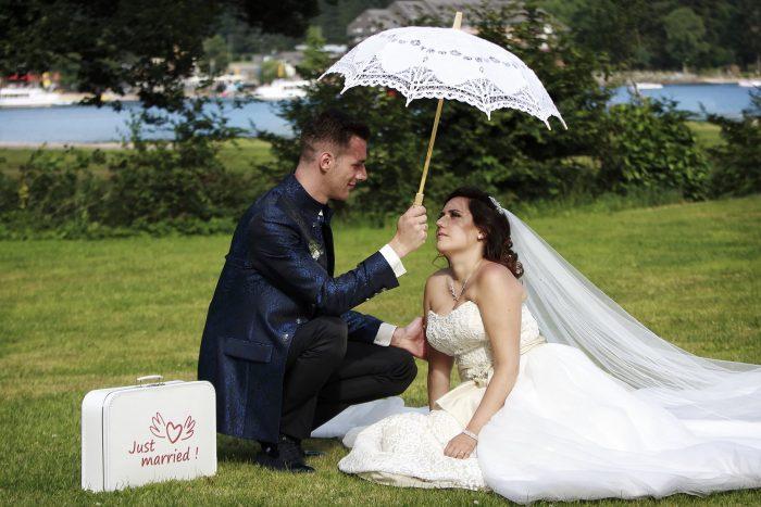 Just married, ombrellini bianchi e simpatici gadget per un matrimonio da sogno, fotografia emozionale, intima e sincera complicità di coppia, fotografo della Provincia di Teramo, Abruzzo e Marche