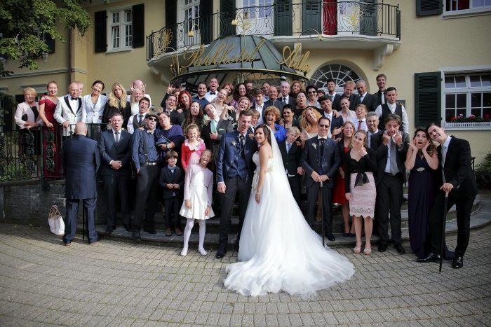 Foto di gruppo al Parkhotel Adler di Hinterzarten in Germania, fotografia di reportage, simpatiche smorfie a festeggiare l'evento matrimoniale