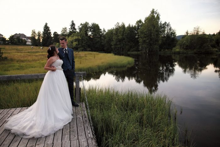 Sguardi innamorati dei novelli sposi sul pontile del laghetto del Parkhotel Adler di Hinterzarten, Germania