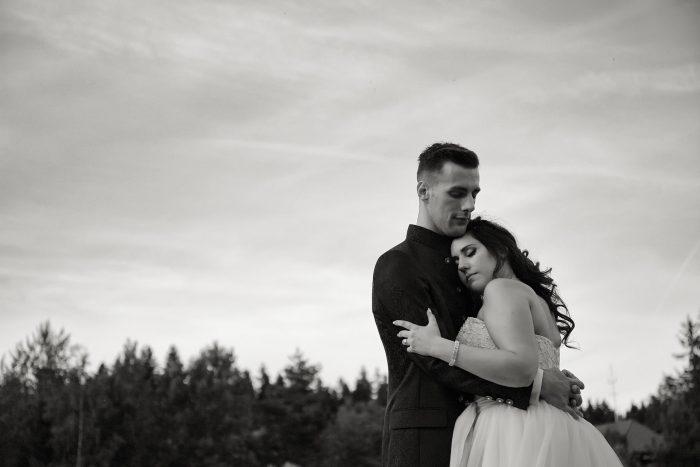 Fairytale wedding in the black forest in Germany, amore autentico, gli sposi avvolti in un intimo abbraccio, wedding photographer in Switzerland