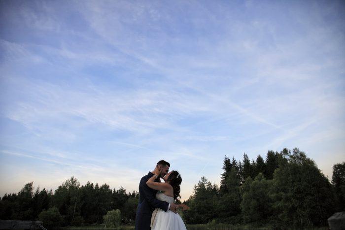 Matrimonio da favola nella Foresta Nera, bacio degli sposi riflesso sul pianoforte a coda situato nella hall del Parkhotel Adler a Hinterzarten , Germania, fotografia emozionale di Mauri Fotostudio, fotografo della Provincia di Teramo, Abruzzo e Marche